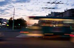 Tram se déplaçant avec la tache floue de mouvement Photo libre de droits