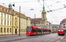 Tram Siemens Combino auf Bubenbergplatz in Bern Stockbilder