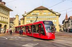 Tram Siemens Combino auf Casinoplatz in Bern Lizenzfreie Stockfotos