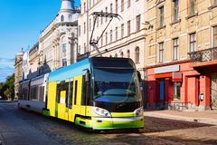 Tram in straat van Riga in Letland stock foto's