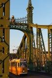 Tram su Liberty Bridge al crepuscolo, Budapest Fotografie Stock Libere da Diritti