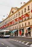 Tram sur des drapeaux de Rue Corraterie Street Swiss dans des Suisses de Genève Photographie stock libre de droits