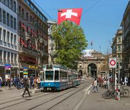 Tram sur la rue de Bahnhofstrasse à Zurich, Suisse photo stock