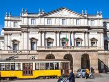 Tram sur le della carré Scala de Piazza à Milan photo stock