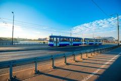 Tram sur le pont à Cracovie Image stock