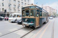 Tram sur les rues de Dalian en Chine Photographie stock