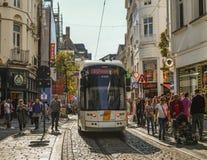 Tram sur les rues de Gand, Belgique photographie stock libre de droits