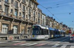 Tram sur les rues de Gand, Belgique images stock