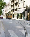 Tram tipico che va su una via nel centro di Oporto con una curvatura nelle rotaie Fotografia Stock