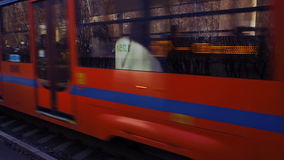 Tram 3 Tramspoor 71-623 reist op de scène van de sporenclose-up en ander tramvertrek van einde stock footage