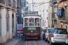 Tram vert dans la vieille ville Lisbonne Photographie stock libre de droits