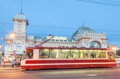 Tram vooraan het Station van Vitebsk bij witte nacht Stock Foto