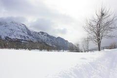 Tramacastilla de Tena, montañas nevadas, los Pirineos Foto de archivo libre de regalías