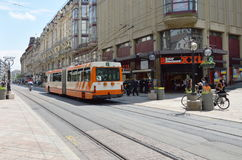 tramcar på gatan i centrum på Genève Schweiz Royaltyfri Bild