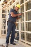 Trame de bois de construction de construction de travailleur de la construction Image stock