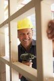 Trame de bois de construction de construction de travailleur de la construction dans H neuf Image libre de droits