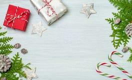 Trame de Noël avec des décorations Configuration plate, vue supérieure Photos stock