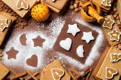 Trame de pain d'épice de Noël entourée par des noix Photographie stock libre de droits