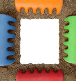 Trame de photo de râteau et de sable de jouet Photographie stock