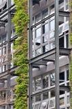 Trame extérieure de la construction et de la plante verte Image stock