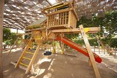 Trame s'élevante dans un terrain de jeux d'enfants Photographie stock