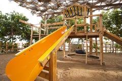 Trame s'élevante dans un terrain de jeux d'enfants Images libres de droits