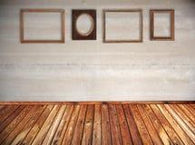 Trames de cru sur le mur image stock