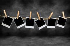 Trames polaroïd de cru dans un cabinet noir Images stock