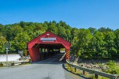 Tramite il ponte coperto rosso immagini stock libere da diritti