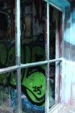 Tramite la struttura della finestra rotta fotografie stock libere da diritti