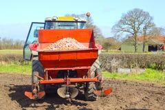 Tramoggia del trattore con le patate fotografie stock libere da diritti