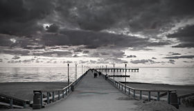 Tramonto ad un pilastro marino famoso in Palanga fotografie stock libere da diritti