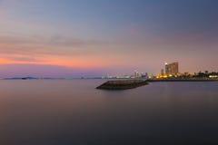 Tramonto ad una spiaggia a Pattaya, Tailandia Immagine Stock