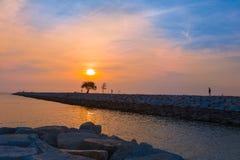 Tramonto ad una spiaggia a Pattaya, Tailandia Fotografie Stock