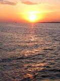 Tramonto affascinante sopra il mare immagine stock