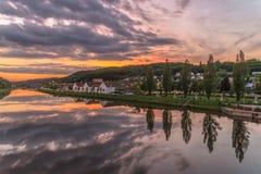 Tramonto al canale di europa a Regensburg con la vista al ponte stradale fotografie stock