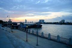 Tramonto al fiume Bangkok di Chaophraya Immagini Stock
