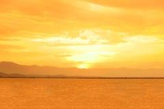 Tramonto al lago o a Kwan Phayao Phayao con la grandi montagna e nuvole Cielo arancio con le riflessioni di luce solare con acqua fotografie stock