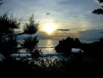 Tramonto al mare del sud di Bali, Indonesia immagine stock libera da diritti