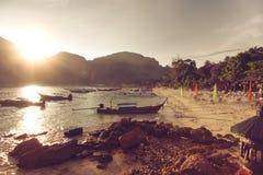 Tramonto al mare tropicale Bello e tramonto romantico all'isola La Tailandia, Phi Phi Fotografie Stock Libere da Diritti