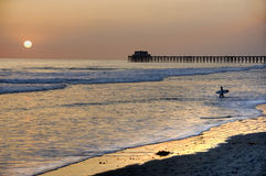 Tramonto al pilastro in spiaggia di Oceanside, California. Fotografie Stock