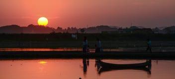 Tramonto al ponte di Ubud, Mandalay, Myanmar immagine stock
