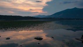 Tramonto al rallentatore fino all'ora blu sopra il lago di estate stock footage