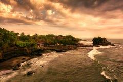 Tramonto al tempio del lotto di Tanah, Bali Immagini Stock Libere da Diritti