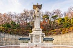 Tramonto al tempio di Bongeunsa di orizzonte del centro nella città di Seoul, così immagine stock