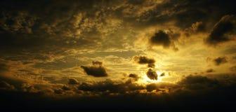 Tramonto, alba con le nuvole Fondo caldo giallo del cielo Fotografie Stock