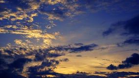 Tramonto, alba con le nuvole Fondo caldo giallo del cielo Immagine Stock