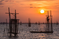 Tramonto all'attrezzatura di pesca in villaggio Tailandia del sud Fotografia Stock