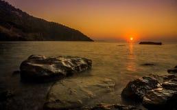 Tramonto all'isola di Alonissos, Grecia, fine dell'estate. Immagine Stock