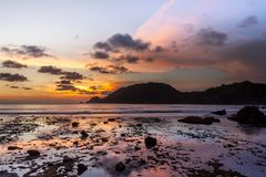 Tramonto all'isola di Java dentro fotografia stock libera da diritti